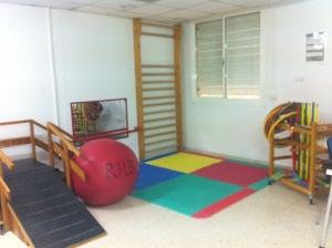 La  UGC Rehabilitación Puerto Real-Distrito Bahía de Cádiz-La Janda inaugura una nueva sala de terapia en el Hospital.